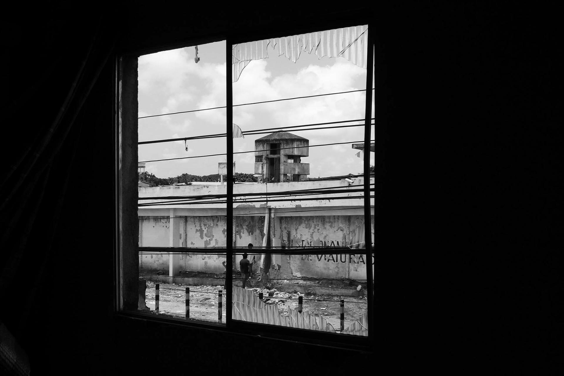 5.mar.2016 - O muro do presídio Aspirante Marcelo Francisco de Araújo (Pamfa), do Complexo Prisional do Curado, na zona oeste do Recife, foi explodido na madrugada deste sábado. Veículos e casas próximos ao local da explosão foram atingidos. Segundo a polícia nenhum detento fugiu