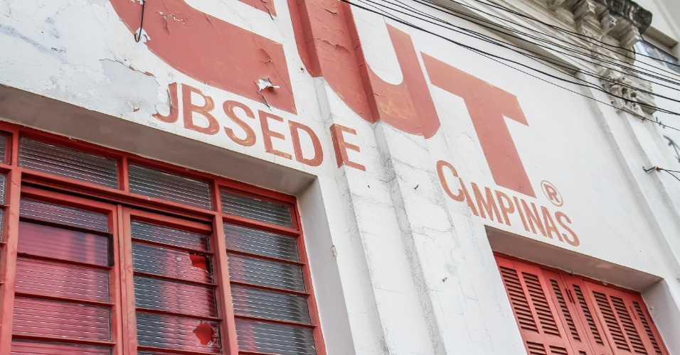 13.mar.2016 - Na imagem, vidros quebrados na sede da CUT de Campinas, no interior de São Paulo. Segundo o coordenador da central sindical na região, Carlos Fabio, seis pessoas foram vistas atirando pedras nas janelas do prédio na noite deste sábado (12)