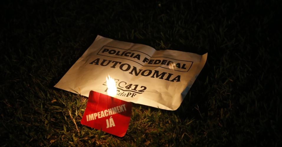 17.mar.2016 - Do lado de fora do Palácio do Planalto, em Brasília, manifestantes acendem velas durante ato que pede a renúncia da presidente Dilma Rousseff e protesta contra nomeação do ex-presidente Luiz Inácio Lula da Silva como ministro-chefe da Casa Civil