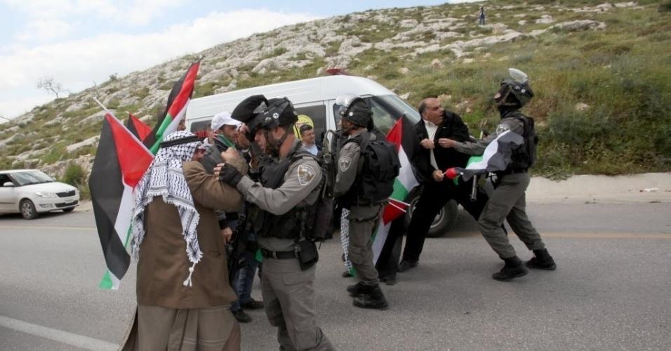 30.mar.2016 - Soldados israelenses entram em conflito com manifestantes durante protestos que marcam o Dia da Terra, em Nablus, na Cisjordânia. A data homenageia palestinos mortos em 1976 por tropas israelenses