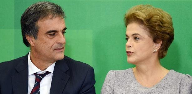 22.mar.2016 - Então presidente Dilma Rousseff ao lado do ministro da Justiça José Eduardo Cardozo, durante encontro com Juristas pela Legalidade e em Defesa da Democracia, em Brasília