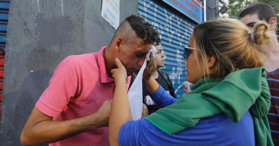 6.abr.2016 - Homem passa mal pelo efeito do gás lacrimogênio após confronto com policiais miltares na avenida Rio Branco, centro de São Paulo, durante protesto contra a máfia da merenda, o governo Geraldo Alckmin e por mais salas de aula na tarde desta quarta feira.
