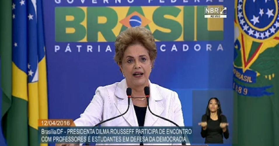 12.abr.2016 - A presidente Dilma Rousseff participa de encontro com professores e estudantes em defesa da democracia em Brasília (DF).