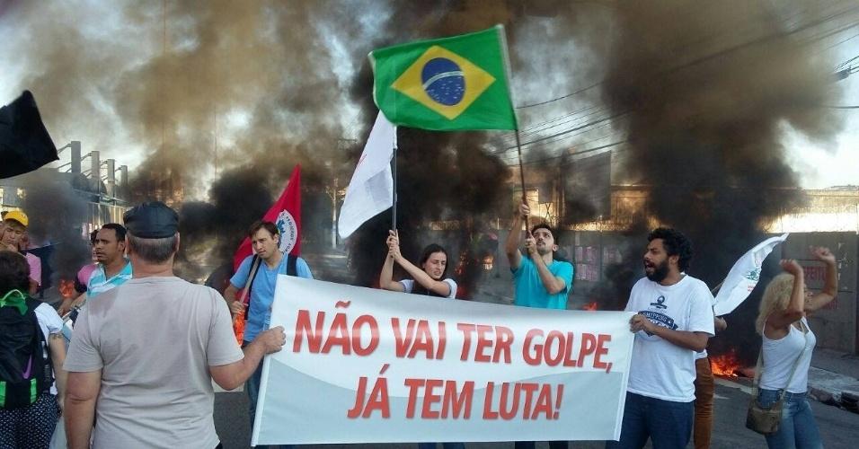 15.abr.2016 - Manifestantes fecham a BR-050 na altura de Uberlândia (MG). Eles protestam pela reforma agrária e em defesa do governo Dilma Rousseff. Os deputados federais começaram a analisar, no plenário da Câmara, se abrem ou não o processo de impeachment