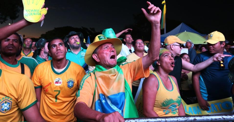 17.abr.2016 - Manifestantes pró impeachment acompanham a votação da Câmara dos Deputados em um dos vários telões instalados na Esplanada dos Ministérios, em Brasília