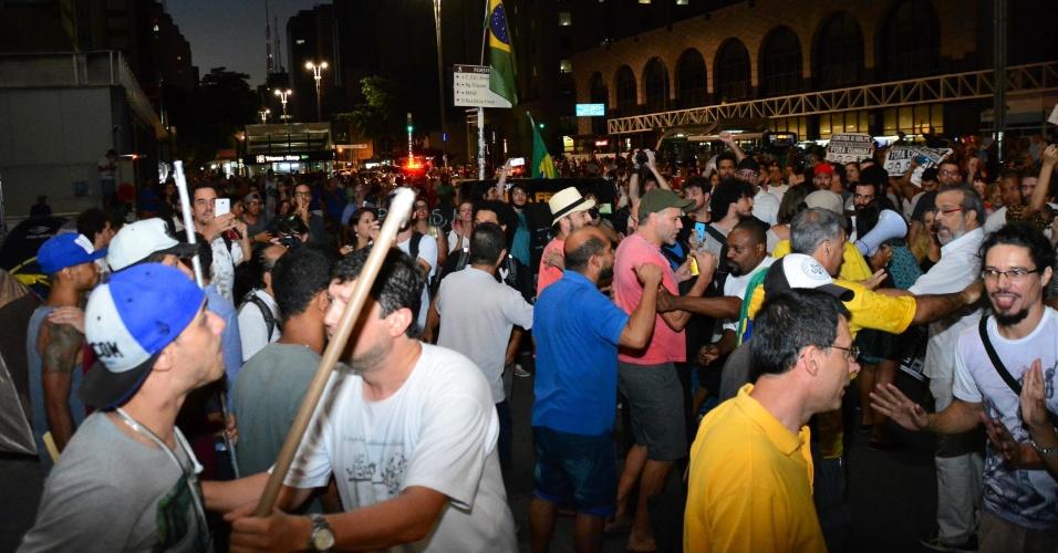 24.abr.2016 - Manifestantes pró e contra impeachment da presidente Dilma Rousseff discutem durante ato pela Democracia na avenida Paulista, região central de São Paulo