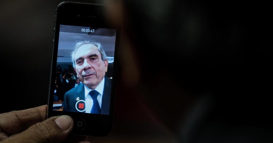 6.mai.2016 - O presidente da comissão especial do impeachment no Senado, Raimundo Lira (PMDB-PB), grava um vídeo no seu celular durante sessão que aprovou parecer do relator do processo, Antonio Anastasia (PSDB-MG), favorável ao afastamento da presidente Dilma Rousseff