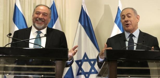 Avigdor Lieberman, novo chanceler de Israel, ao lado do premiê Benjamin Netanyahu