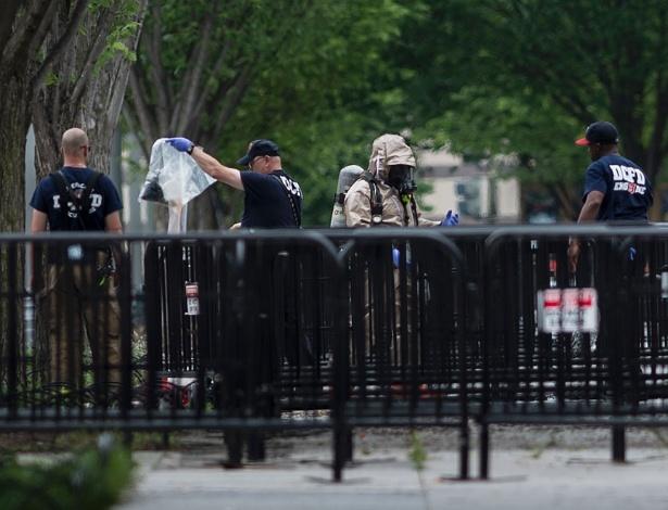Seguranças fazem vistoria perto da entrada noroeste da Casa Branca. O lado norte da sede do governo dos EUA foi fechado por causa de um pacote suspeito