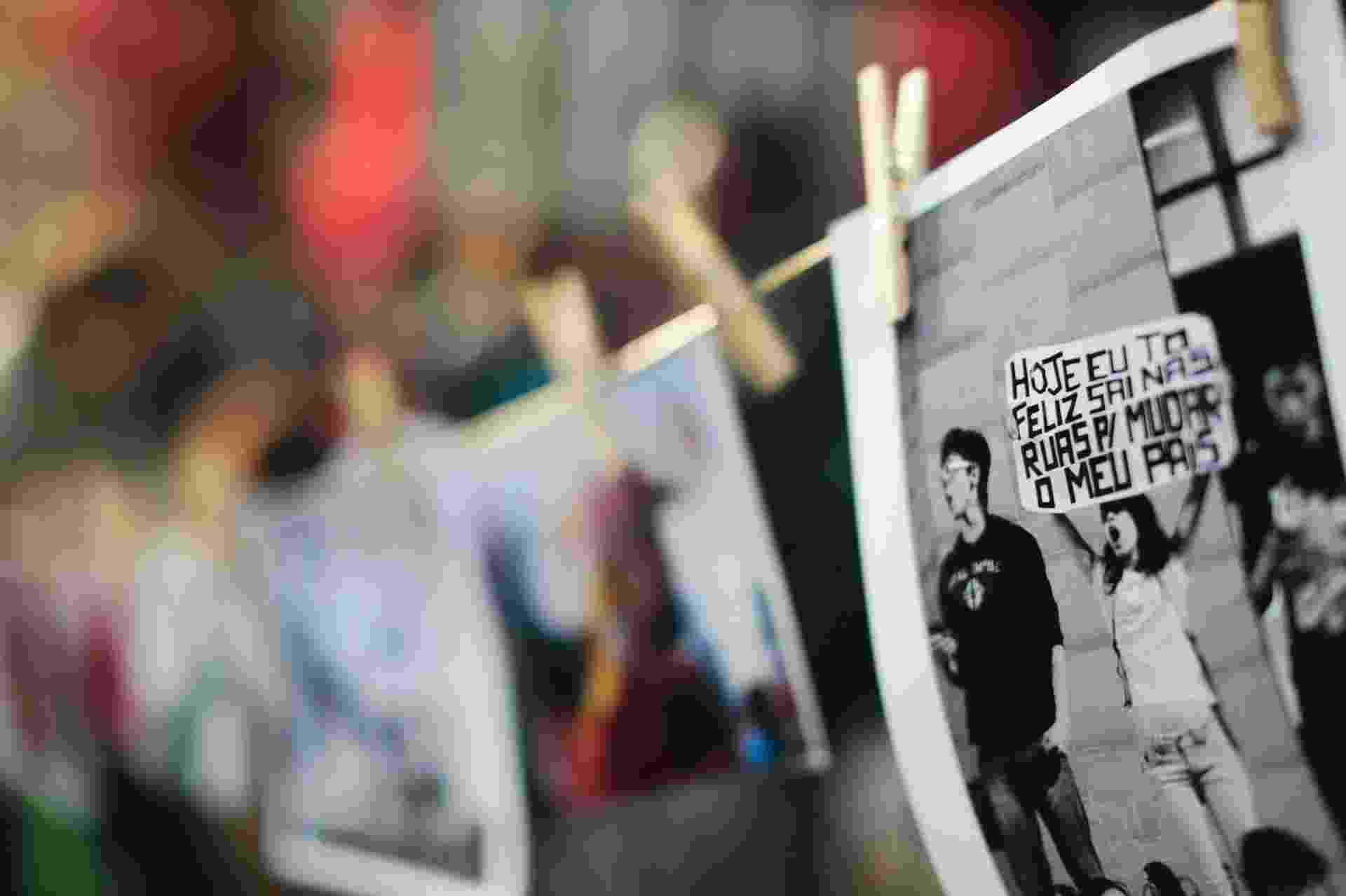 10.jun.2016 - Fotógrafos fizeram um ato no vão livre do Masp, na avenida Paulista, região central de São Paulo, contra o governo do presidente interino Michel Temer. Eles venderam cópias de fotos pelo preço de uma passagem em transporte público na capital paulista, R$ 3,80 e o valor custeou gastos com ampliação de fotos, entre outras questões - Flávio Florido/UOL