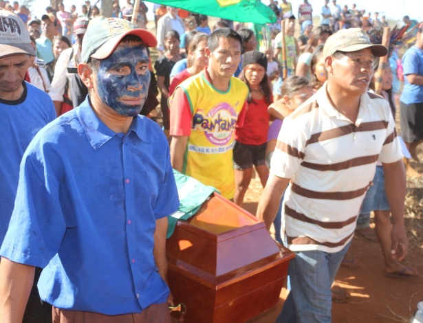 Ìndios guarani-kaiowá levam caixão do índio morto durante conflito com ruralistas no Mato Grosso do Sul