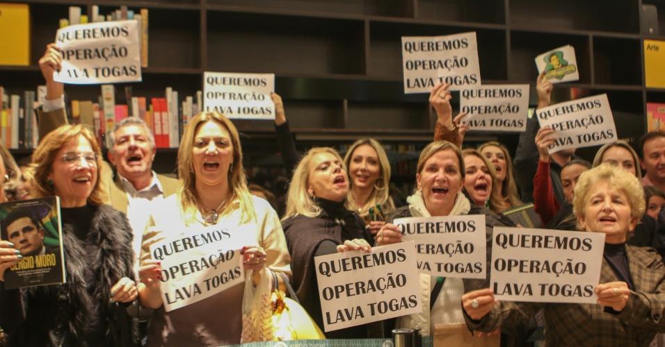 """29.jun.2016 - Mulheres protestam durante lançamento do livro da jornalista Joice Hasselmann, """"Sérgio Moro: A história do homem por trás da operação que mudou o Brasil"""", na Livraria da Vila, no Shopping Pátio Batel, em Curitiba (PR)"""