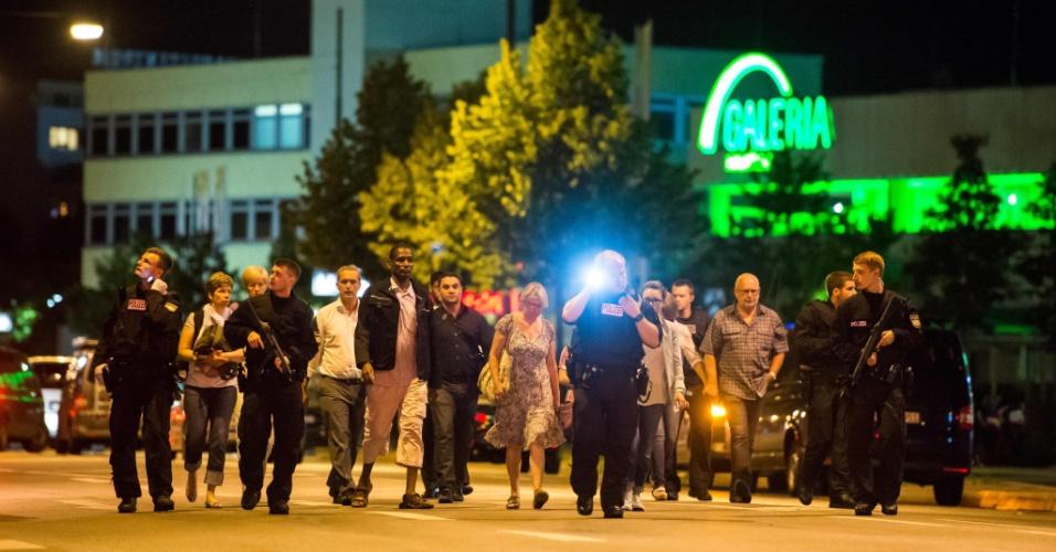 22.jul.2016 - Polícia retira pessoas do shopping Olympia, em Munique, Alemanha, após tiroteio deixar mortos e feridos
