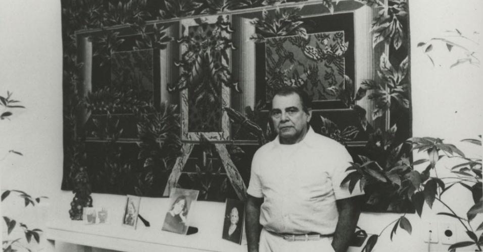 13.jul.1987 - O cirurgião plástico em seu consultório, no Rio