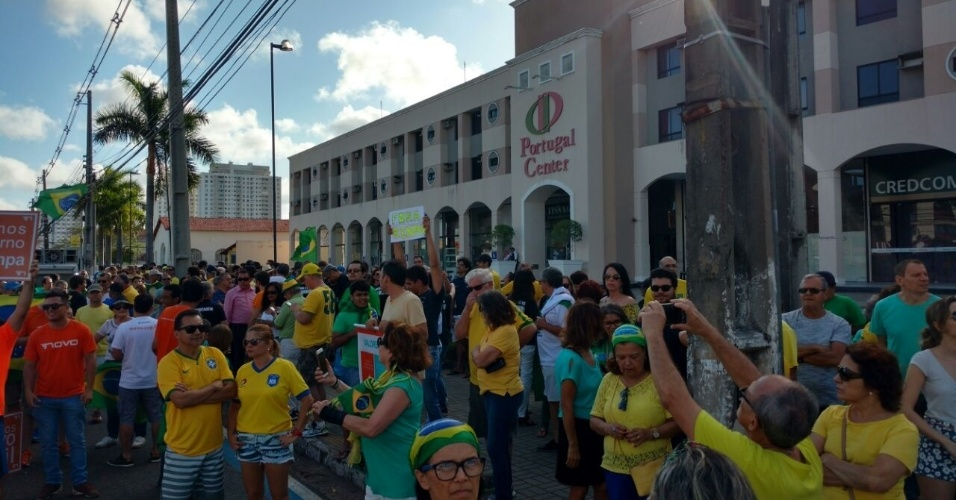 4.dez.2016 - Manifestantes se concentram em frente ao Portugal Center, na avenida Senador Salgado Filho, em Natal (RN). Eles protestam contra as alterações do pacote anticorrupção