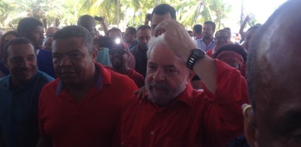 11.jan.2017 - Lula chega em evento do MST (29º Encontro Estadual do MST na Bahia) em Salvador