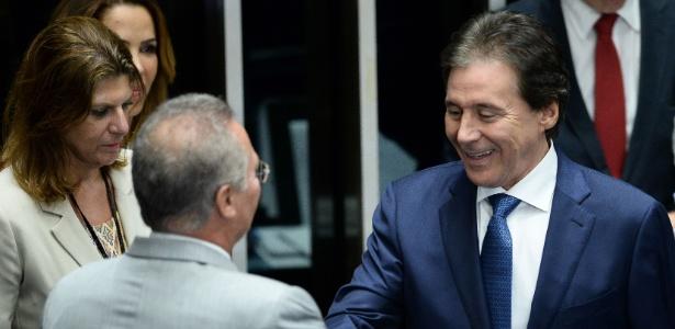 01.jan.2017 - Eunício Oliveira (à dir.) é cumprimentado por seu antecessor, Renan Calheiros, após ser eleito presidente do Senado. Ambos são do PMDB