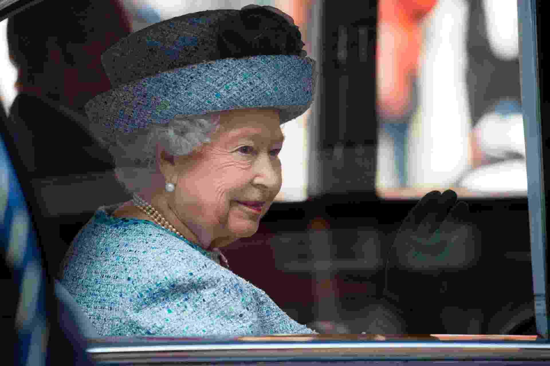 16.mar.2017 - Rainha Elizabeth 2ª acena, em Londres - Geoff Pugh/ AFP