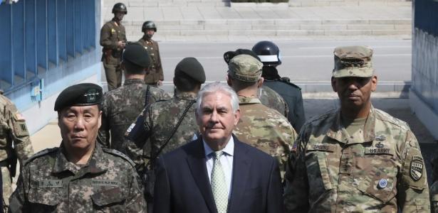 O secretário de Estado dos Estados Unidos, Rex Tillerson (centro) posa para foto no lado sul da fronteira entre as Coreias, em Panmunjom