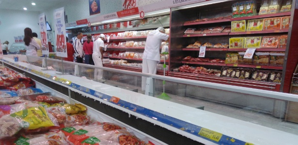 Em supermercado de Curitiba (PR), as prateleiras do setor de carne continuam cheias, inclusive com produtos de empresas investigadas na operação Carne Fraca