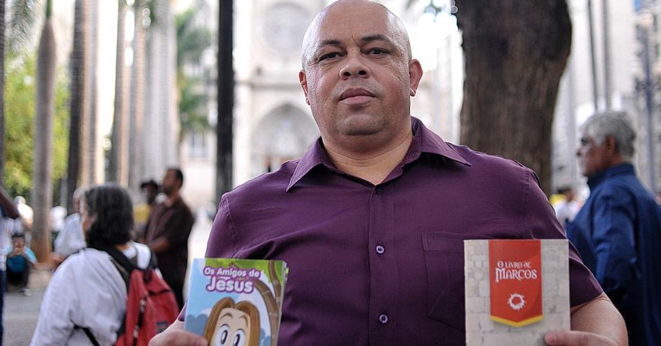 5.abr.2017 - Joilson Silva Franco auxilia a pregação ao ar livre na praça da Sé, em São Paulo, como voluntário da Assembleia de Deus