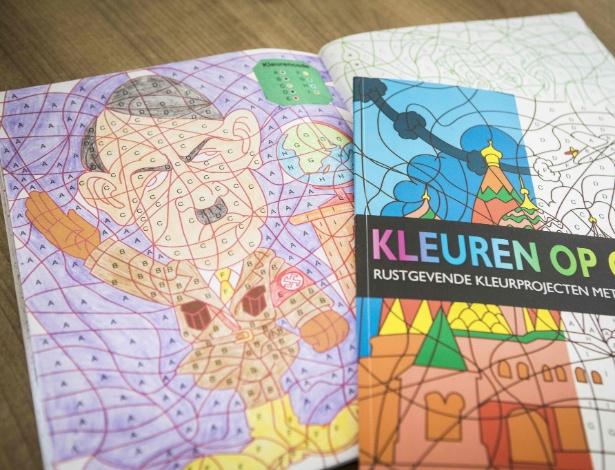 5.abr.2017 - Livro de colorir com imagem de Adolf Hitler comprado em livraria em Pijnacker, na Holanda