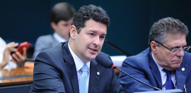 """""""É um acinte à opinião pública. É uma tentativa de mudar a Justiça só para atender a um determinado líder"""", disse o deputado Betinho Gomes (PSDB-PE)"""