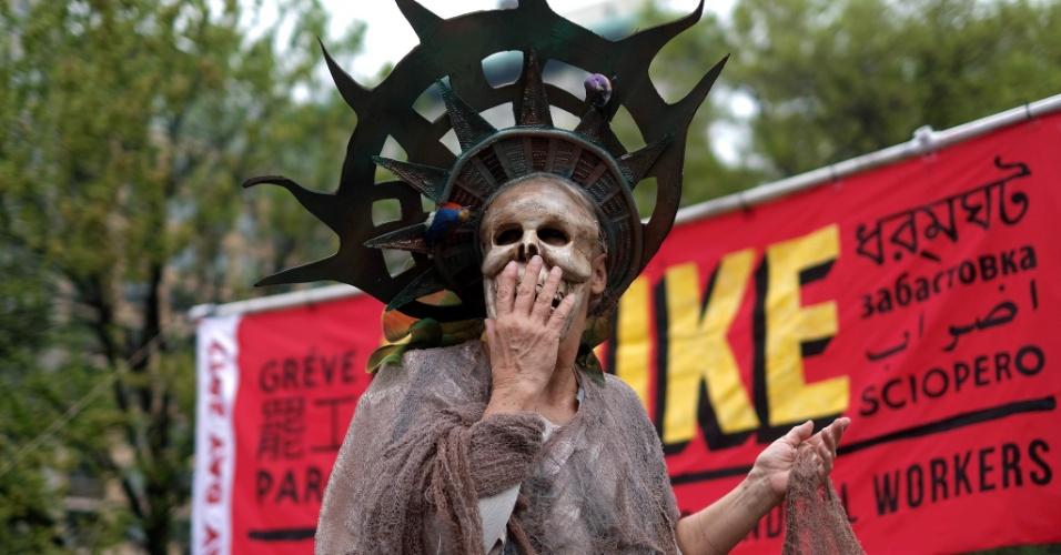 Manifestante com fantasia que mistura características de uma caveira e da Estátua da Liberdade participa de evento de 1º de Maio em Nova York