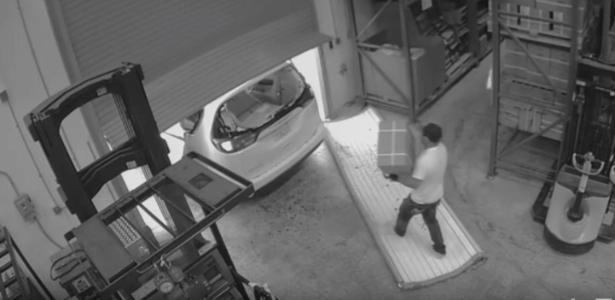 Câmera de segurança flagra momento que criminoso leva produtos eróticos de depósito em Las Vegas, EUA