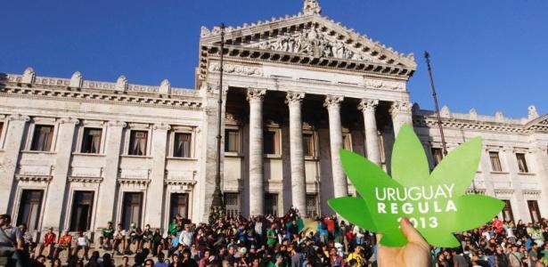Manifestação em frente ao Congresso uruguaio em 2013 pela legalização da maconha