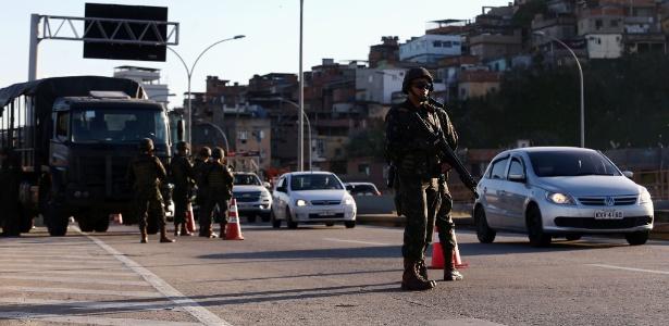 28.jul.2017 - Militares começaram a atuar no Rio de Janeiro na sexta-feira
