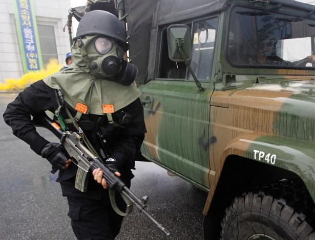 Policial participa de exercício contra possível ataque químico em Seul em agosto de 2011