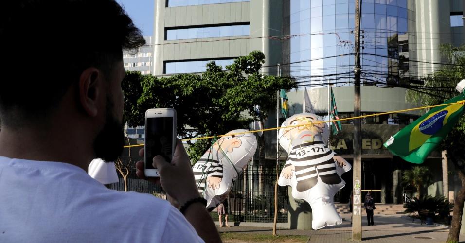 12.set.2017 - Movimentação em frente à Justiça Federal de Curitiba (PR) um dia antes do segundo depoimento de Lula a Sérgio Moro. O petista foi alvo de nove denúncias de autoria do MPF (Ministério Público Federal). Desse total, o ex-presidente tornou-se réu em cinco ações penais