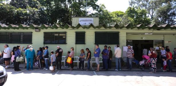 Fila para vacinação contra febre amarela na UBS Mariquinha Sciáscia, próximo ao Horto Florestal, zona norte de São Paulo