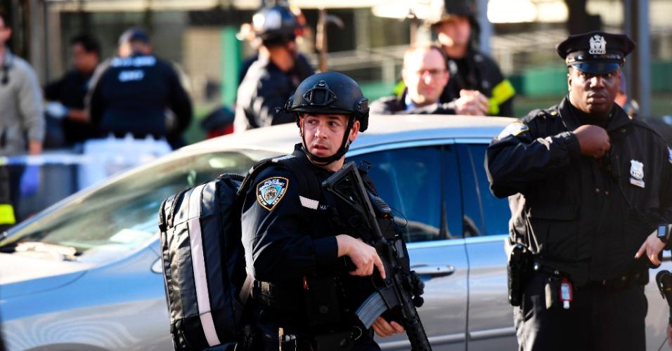 31.out.2017 - Policiais reforçam segurança na região do memorial do World Trade Center, em Manhattan, Nova York, após caminhonete invadir ciclovia e atropelar ciclistas. Autoridades tratam episódio como atentado terrorista