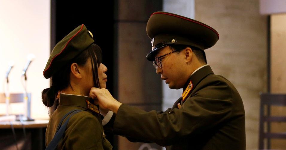 29.out.2017 - Fãs japoneses se vestem com roupas do exército norte-coreano durante evento em Tóquio