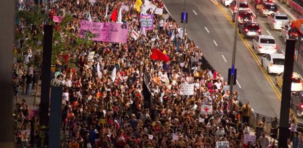 Manifestantes protestam na avenida Paulista contra PEC que proibiria aborto