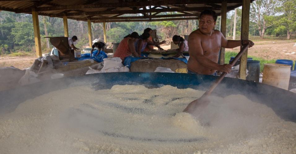 1º.dez.2017 - Bemoro Xikrin faz a torra da mandioca para produzir farinha