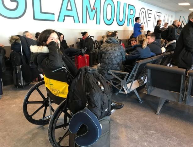 Grávida de seis meses, Camila Kredens Bueno apenas recebeu uma cadeira de rodas após passar mal. A foto foi tirada por seu marido, Felipe, que a acompanha na viagem