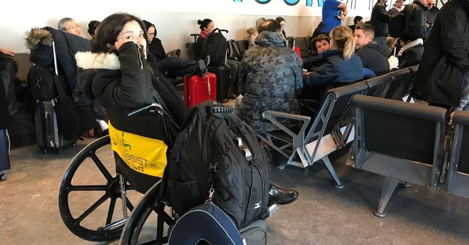 Grávida de seis meses, Camila Kredens Bueno apenas recebeu uma cadeira de rodas após passar mal