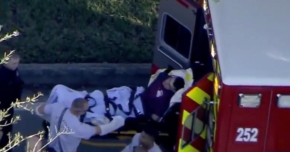 Suspeito é levado algemado para o hospital