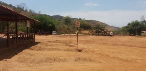 Área de campo de futebol aterrado com parte da lama que invadiu a cidade - Camilla Vergas Mota/BBC Brasil