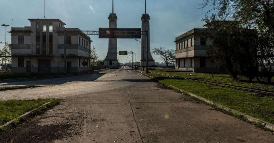 Entrada da ponte com prédios da Guardamoria na cabeceira, em Uruguaiana (RS)