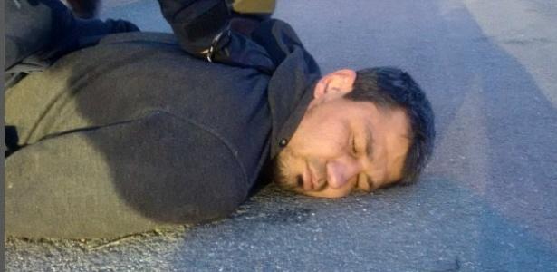 7.abr.2017 - O uzbeque Rakhmat Akilov é preso após o atropelamento em Estocolmo