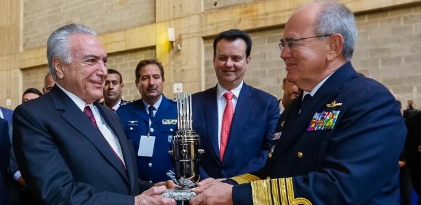 Temer recebe miniatura de reator das mãos do comandante da Marinha, almirante Eduardo Bacellar Leal Ferreira, na última sexta-feira (8)