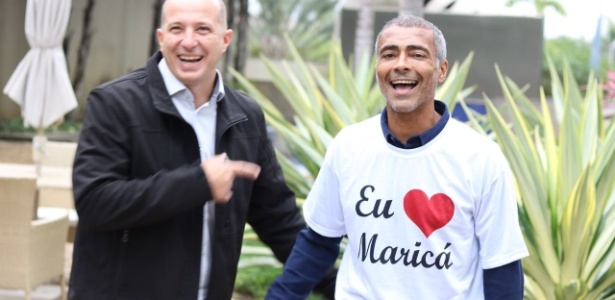 3.ago.2018 - Romário (à dir.) veste camiseta com provocação a Paes; à esq., Marcelo Delaroli que é de Maricá e era cortejado pelo ex-prefeito do Rio