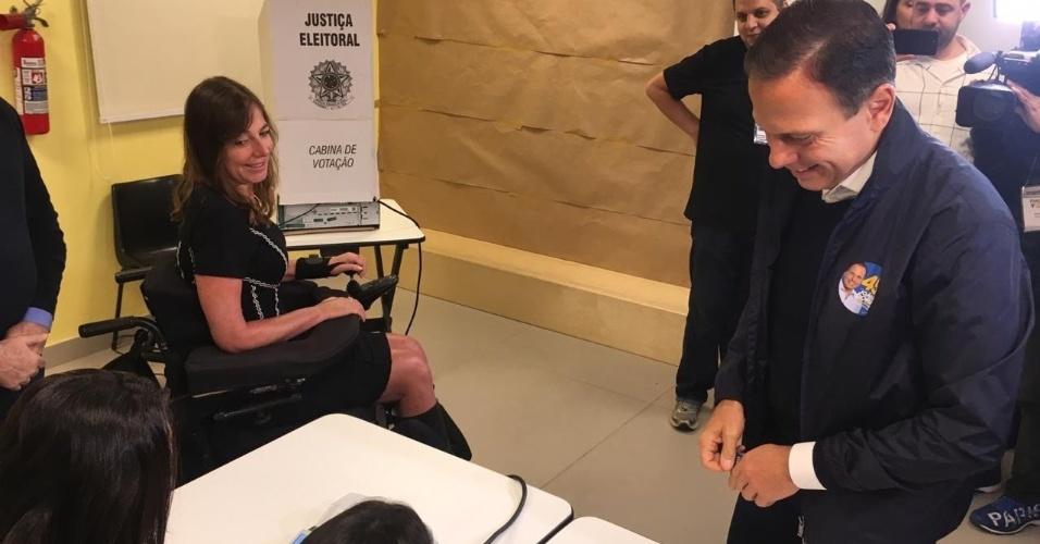 João Doria, candidato ao governo de São Paulo, vota ao lado de Mara Gabrilli, candidata ao senado, em São Paulo