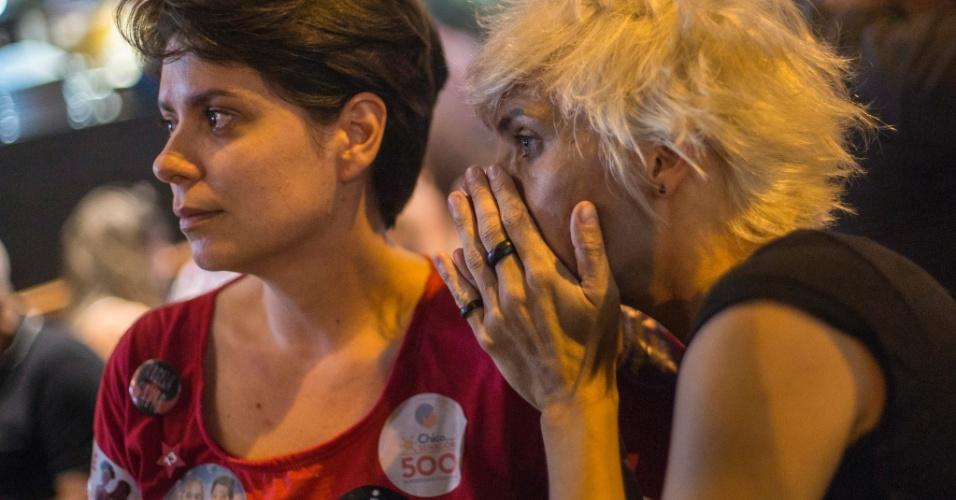 Militantes do PT aguardam o resultado final da apuração dos votos