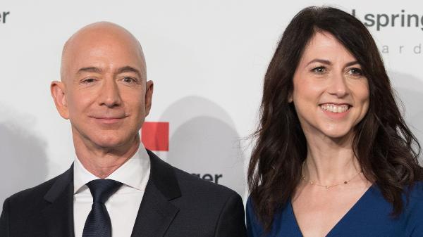 Jeff Bezos e MacKenzie - Jorg Carstensen/AFP www.aquitemtrabalho.com.br emprego dos sonhos
