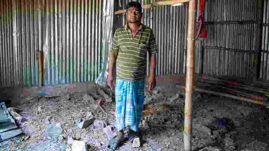 Hossain Gazi dentro de uma das cabanas que construiu para abrigar os refugiados Rohingya, em Bengala Ocidental, na Índia - Arka Dutta/The New York Times